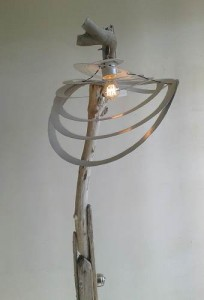 Détail Lampadaire (mod 7) bois flotté ampoule incandescence